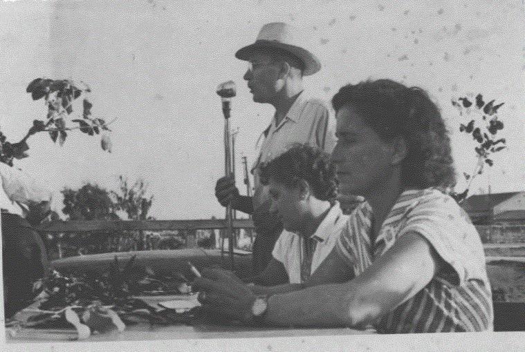 אברהם אלטלף עם המיקרופון והמורה נחה
